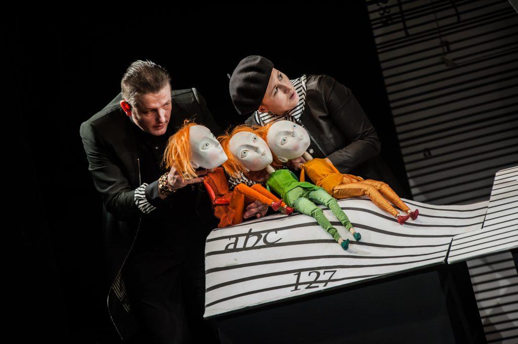 """W Teatrze Baj premiera spektaklu """"A niech to czykolada!"""" Ewy Piotrowskiej na podstawie książki Pawła Beręsewicza."""